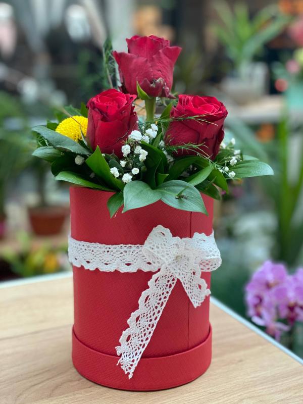 Hrizanteme i ruže u flower boxu