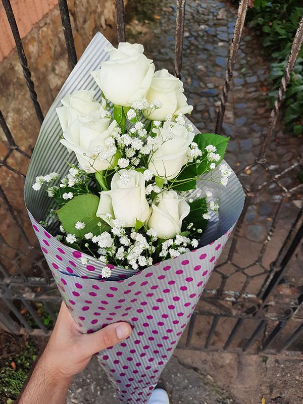 Bele ruže u buketu