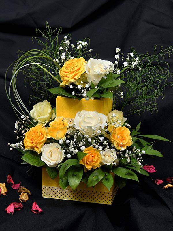 Kombinacija belih i žutih ruža