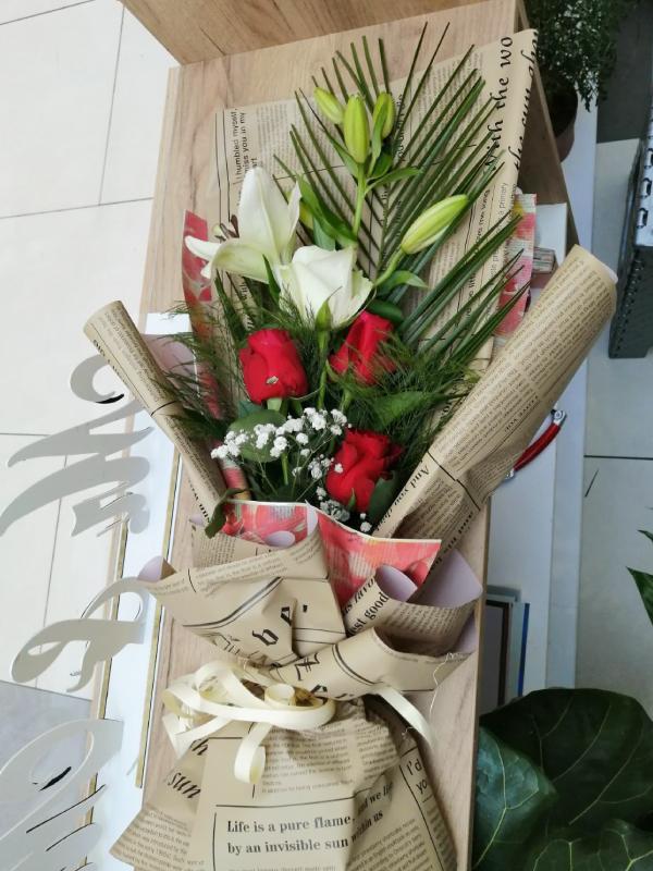 Ljiljani i ruže u buketu