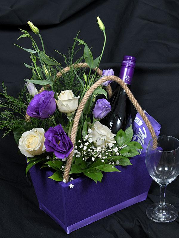 Slatko-mirisna kombinacija cveća sa čokoladom i vinom