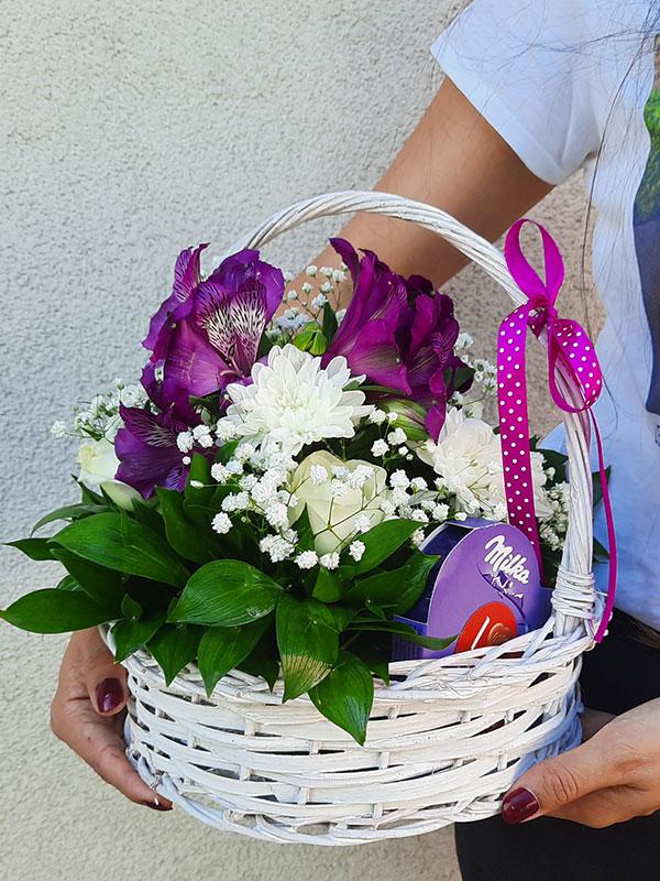Korpa cveća i čokolada