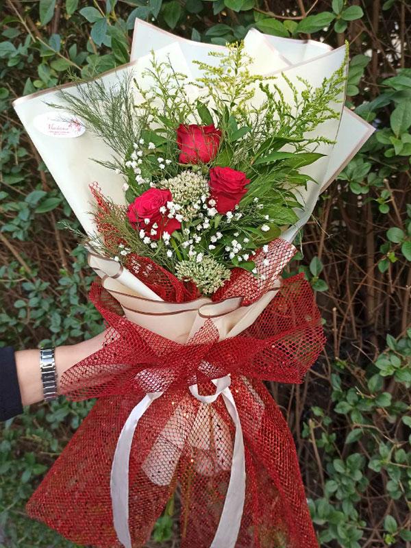 Madame Cvećara | 3 crvene ruže sa zelenom dekoracijom